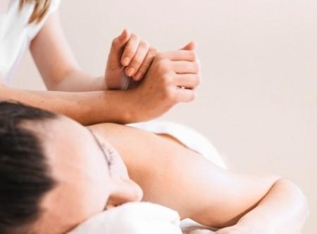 0-3099_0-3039_0-2759_concepto-masaje-mujer-relajada_23-2147821096